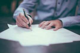 Lebenslauf unterschreiben – ja oder nein?