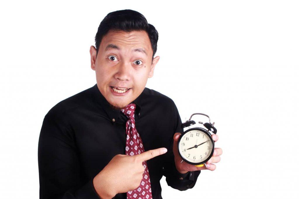 Wer ständig zu spät kommt riskiert Abmahnungen oder sogar die Kündigung