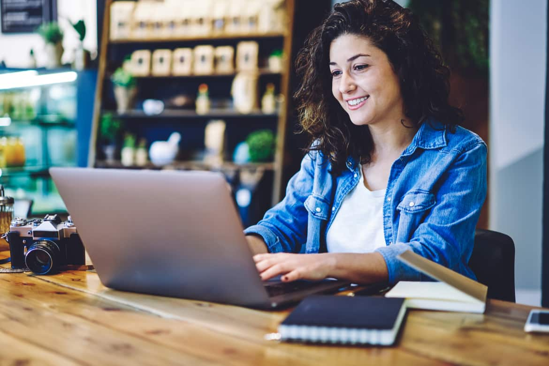 Junge Frau schreibt ihre Bewerbung am Laptop