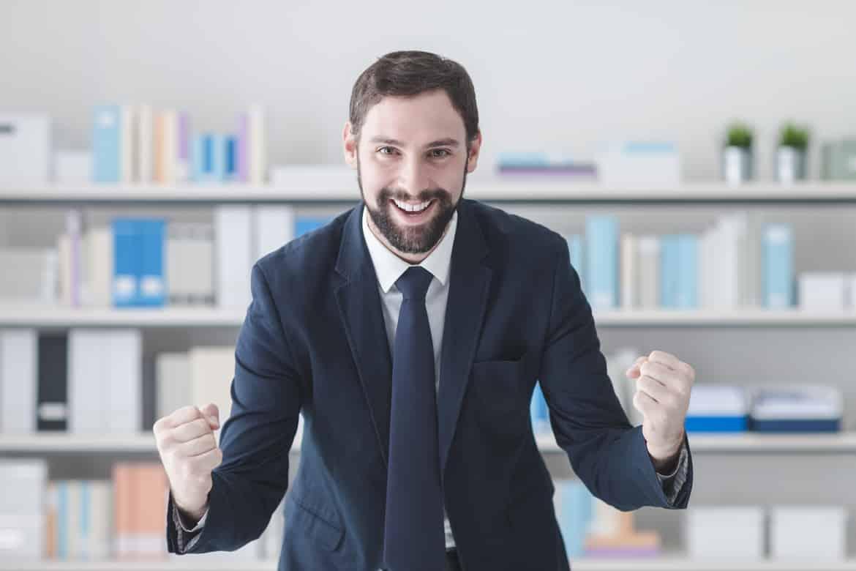 Enthusiastischer und energiegeladener Bewerber im Vorstellungsgespräch