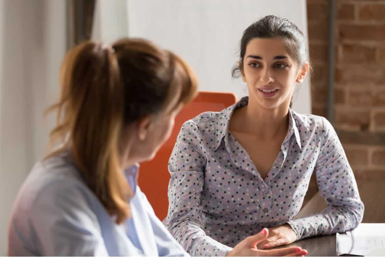Feedbackgespräche dienen dem Zweck, dass Mitarbeiter sowie Vorgesetzte offen und ungestört den Status Quo besprechen können