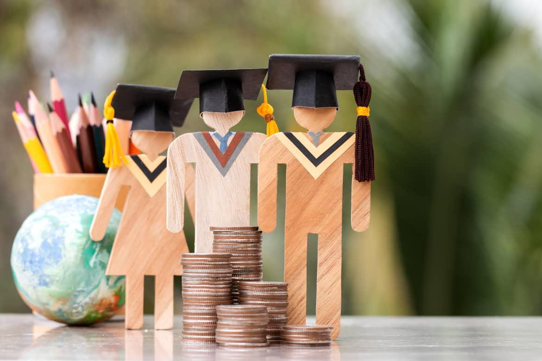 Wer einen guten Studienabschluss hat, steigt mit entsprechend hohem Gehalt ein und hat beste Aussichten auf eine Führungsposition