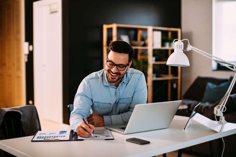 Mann arbeitet produktiv im Home Office