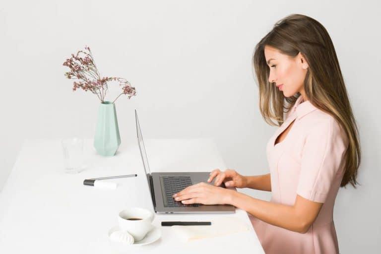 Sekretärin arbeitet an ihrem Laptop