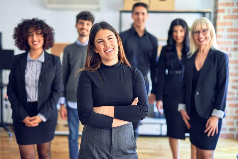 """Junge Frau wird als Führungskraft von ihren Mitarbeitern respektiert und als """"Leader"""" akzeptiert"""
