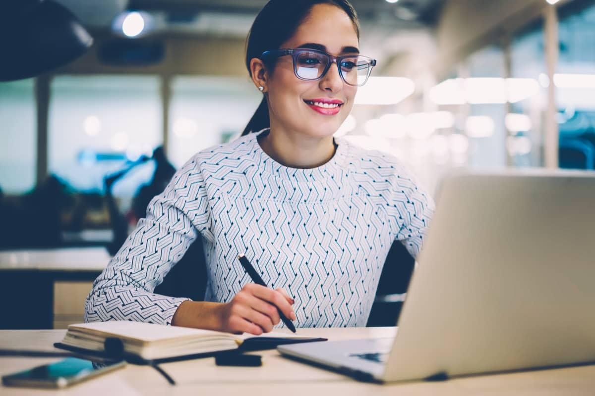 Junge Frau schreibt eine interne Bewerbung auf eine offene stelle in ihrem Unternehmen