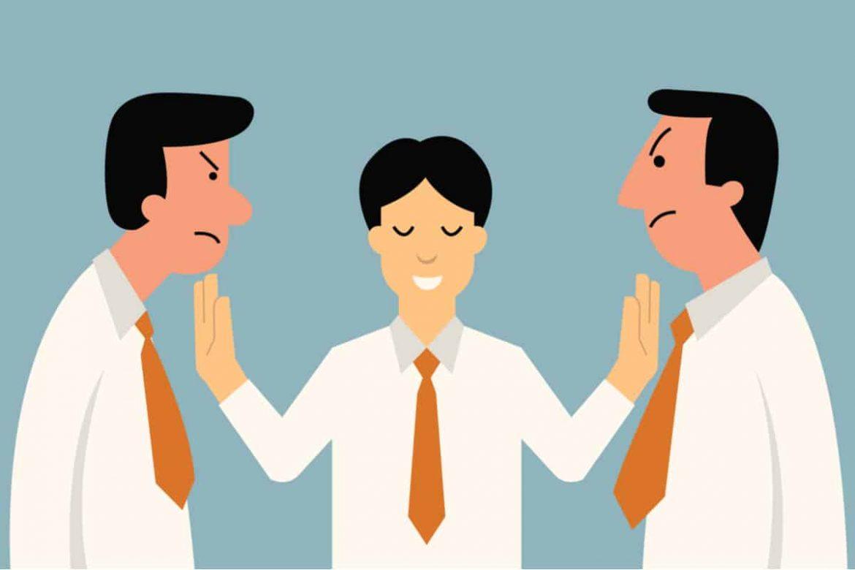 Mediator moderiert den Prozess der Konfliktlösung zwischen zwei Mitarbeitern