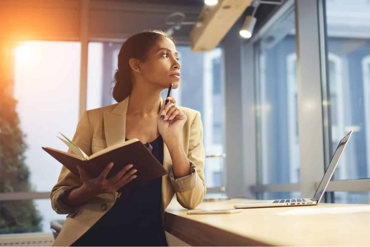 Weibliche Führungskraft denkt über ihre Karrierefehler nach