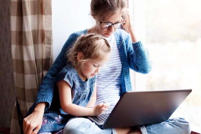 Teilzeitmutter mit Kind im Home-Office
