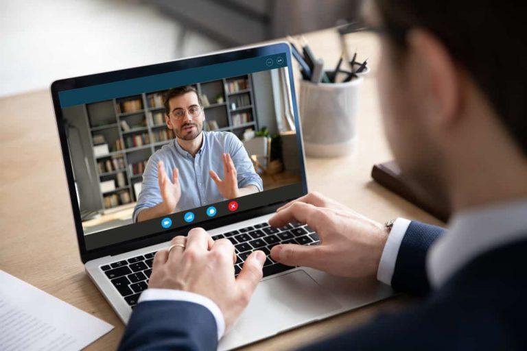 Mitarbeiter führen eine Meeting via Skype Video-Konferenz durch