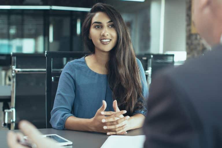 Personaler befragt Bewerberin im Vorstellungsgespräch nach Ihren Stärken und Schwächen