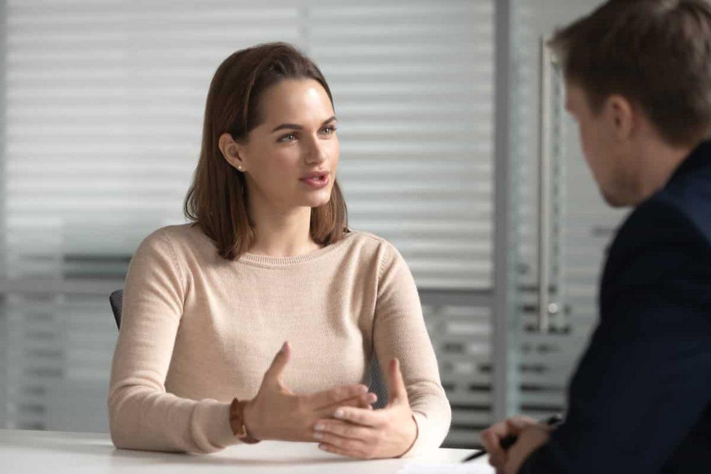 Bewerberin stellt Personaler Fragen, um herauszufinden, ob das Unternehmen und der Job zu ihr passt