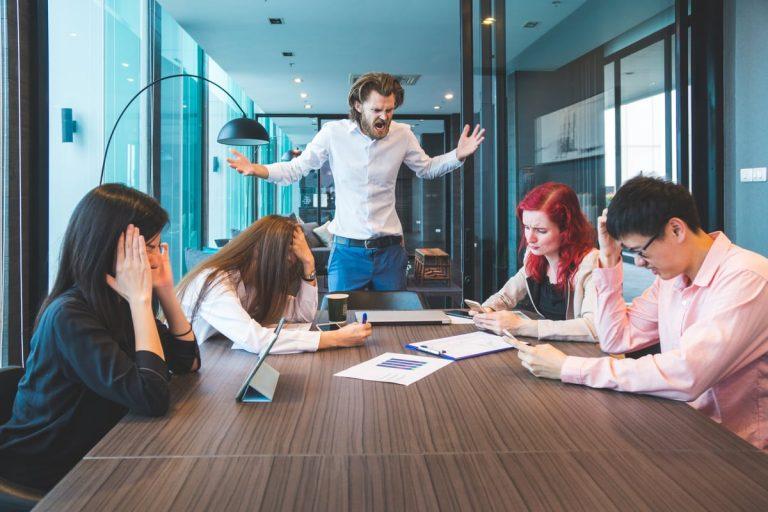 Männliche Führungskraft ohne Führungsqualitäten