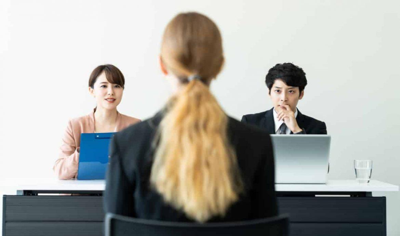 Bewerberin im Vorstellungsgespräch hat wichtige Fragen bevor sie den Job annimmt
