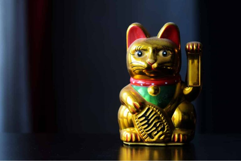Golden Maneki Neko auch bekannt als Winkekatze gilt in Japan als Glückssymbol