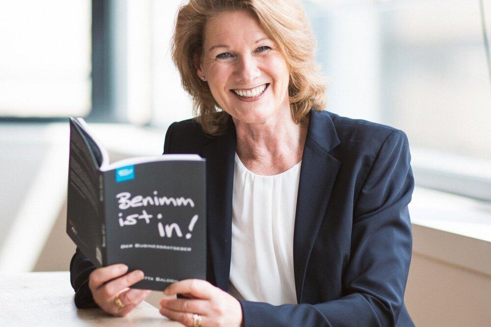 """Britta Balogh mit ihrem Buch """"Benimm ist in"""""""