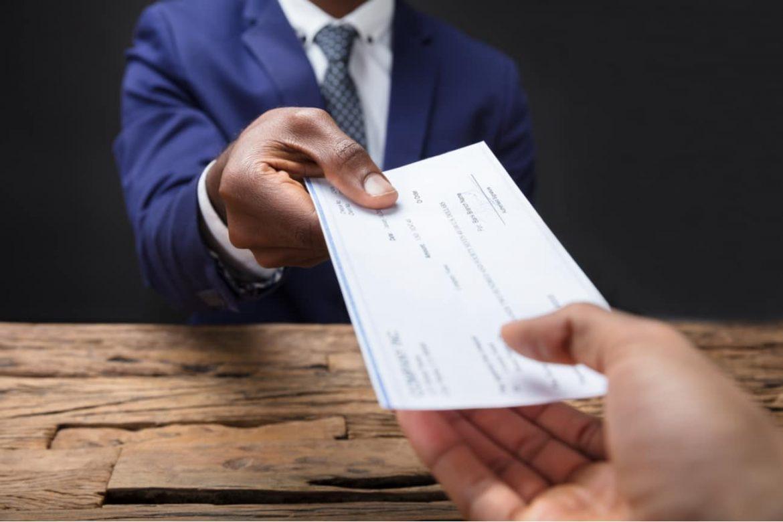 Arbeitnehmer bekommt Abfindung vom Arbeitgeber