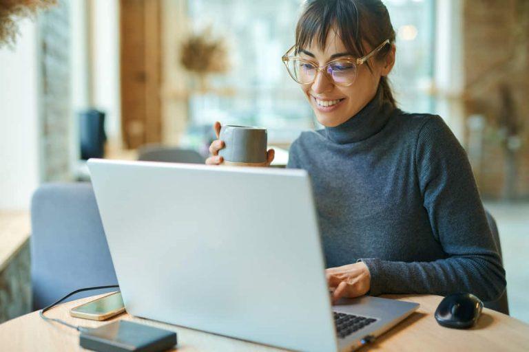 Frau schreibt eine professionelle Bewerbung am Laptop
