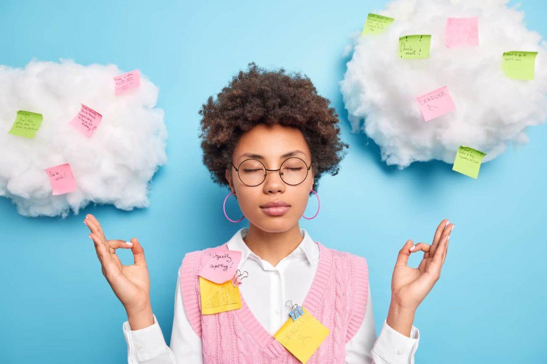 Ruhige entspannende weibliche Büroangestellte fühlt sich stressfrei