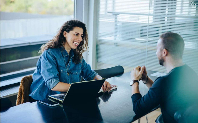 Recruiterin mit Bewerber beim Vorstellungsgespräch
