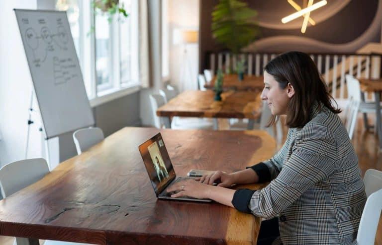 Eine Sales Managerin bei bei einem virtuellen Anruf
